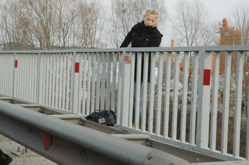Genç kadın nehre atladı 1