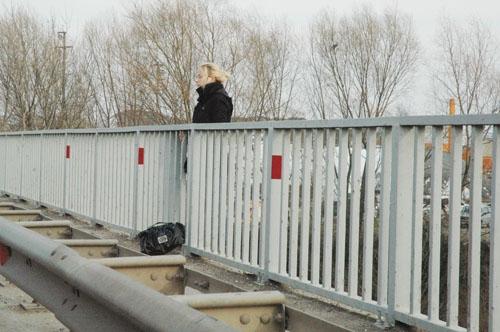 Genç kadın nehre atladı 4