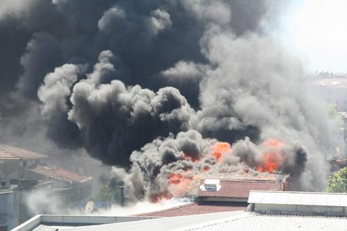 Apartmanın çatısı yandı 1