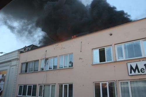 Apartmanın çatısı yandı galerisi resim 2