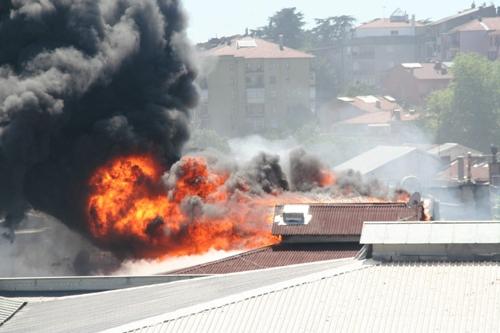 Apartmanın çatısı yandı 4