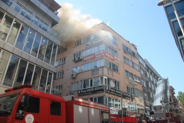 Apartmanın çatısı yandı 6