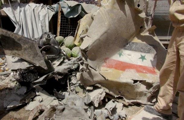 Esed rejimine ait savaş uçağı çarşıya düştü 1