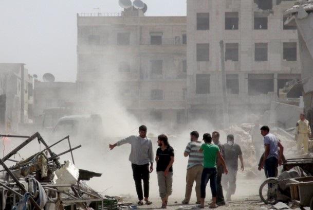 Esed rejimine ait savaş uçağı çarşıya düştü 12