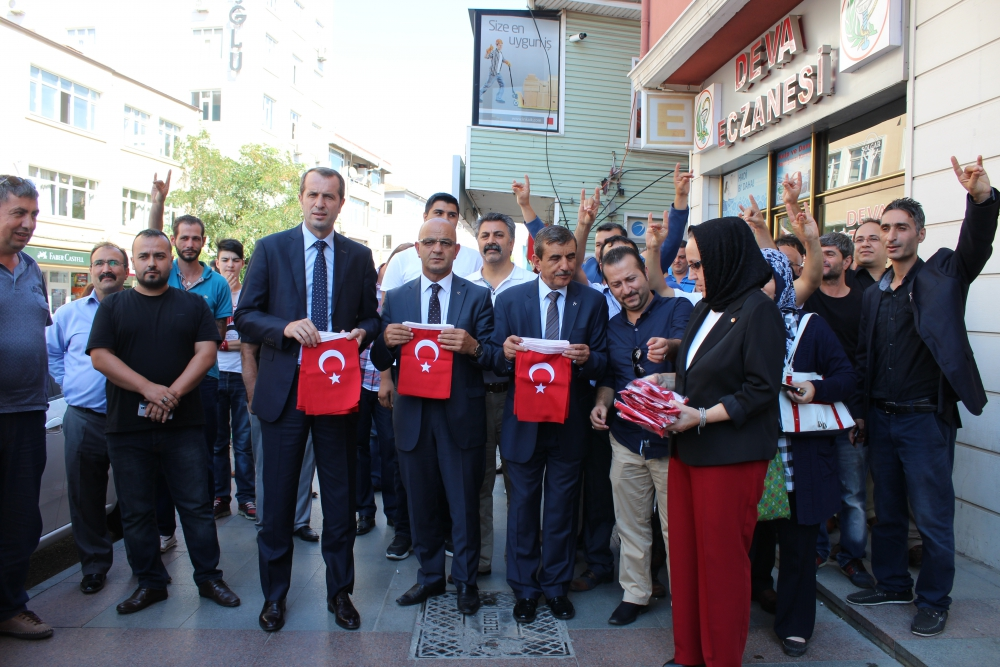 MHP Esnafa Bayrak Dağıttı 9