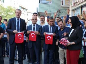 MHP Esnafa Bayrak Dağıttı