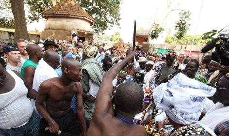 --AFRİKA'NIN VOODOO BÜYÜCÜLERİNİN KORKUNÇ YÖNTEMLERİ 2
