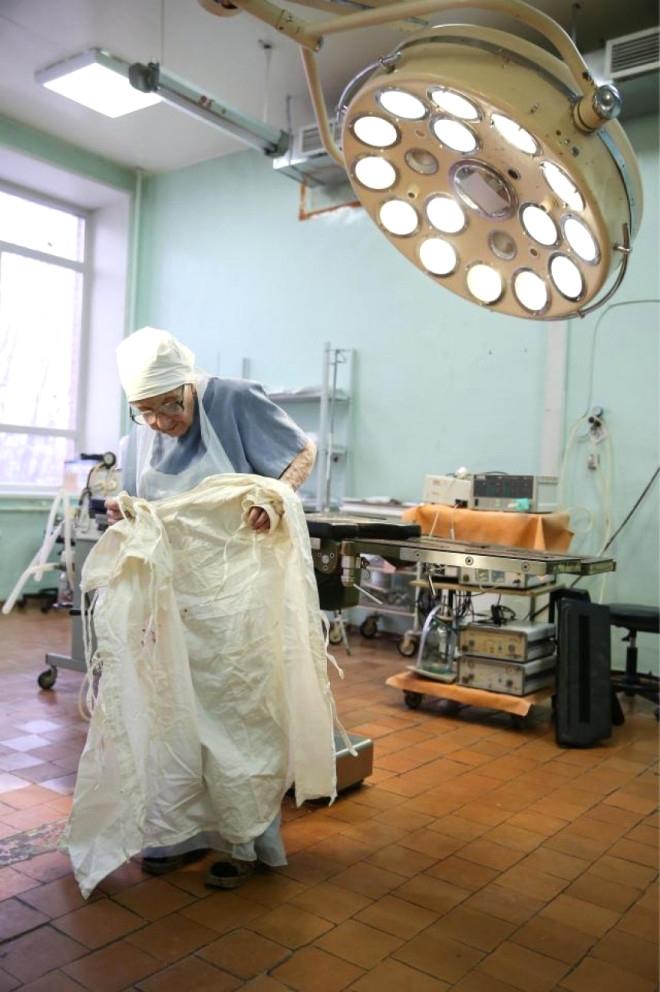 89 yaşındaki cerrah nine, hala ameliyata giriyor! 2