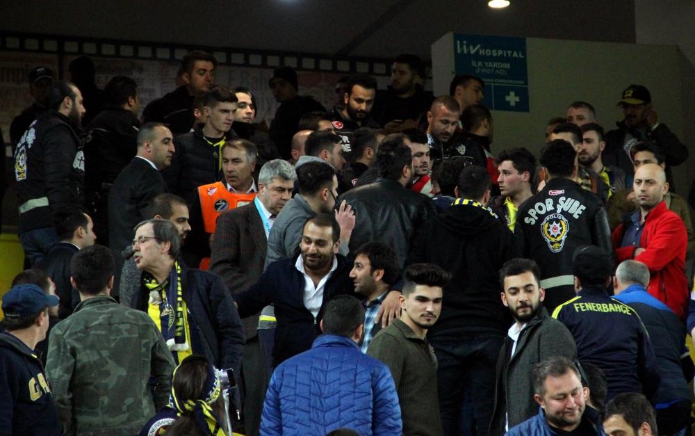 Fenerbahçe  taraftarları birbirlerine girdi ! 2