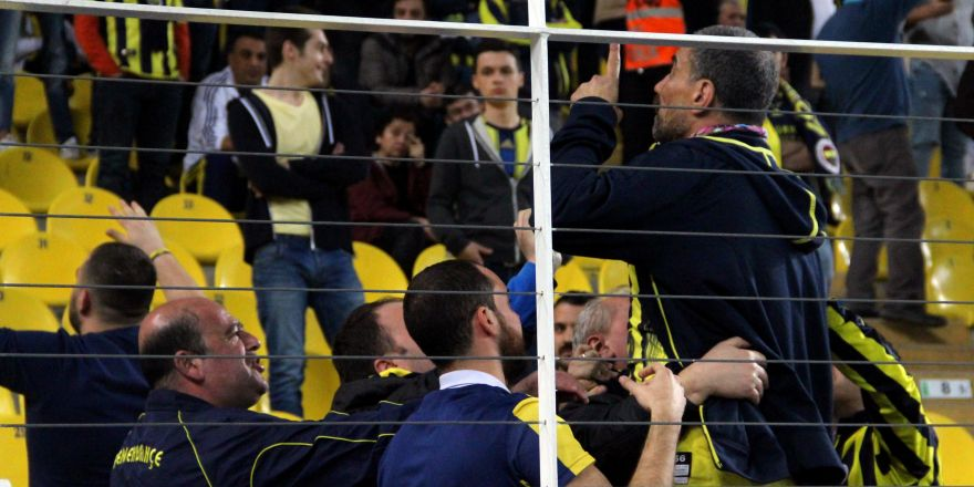 Fenerbahçe  taraftarları birbirlerine girdi !