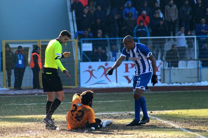 BB. Erzurumspor - Kocaeli Birlikspor karşılaşmasında saha karıştı 2