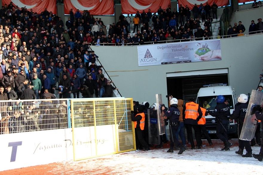 BB. Erzurumspor - Kocaeli Birlikspor karşılaşmasında saha karıştı 23