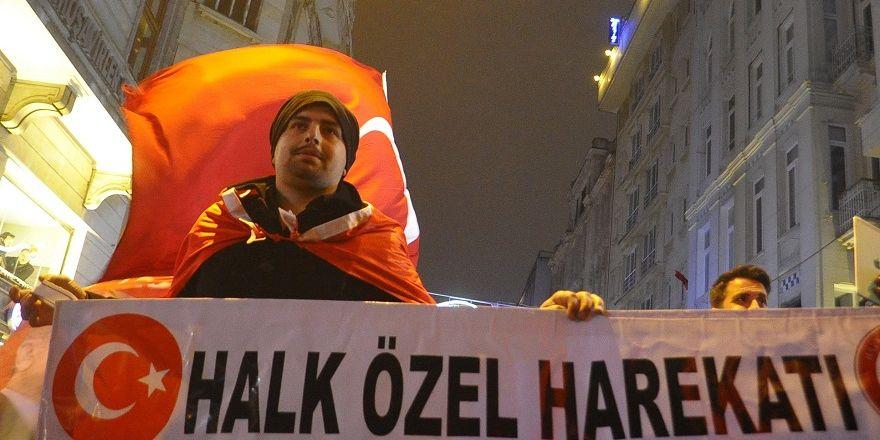Hollanda'ya tepki gösteren yüzlerce kişi konsolosluk önüne akın etti