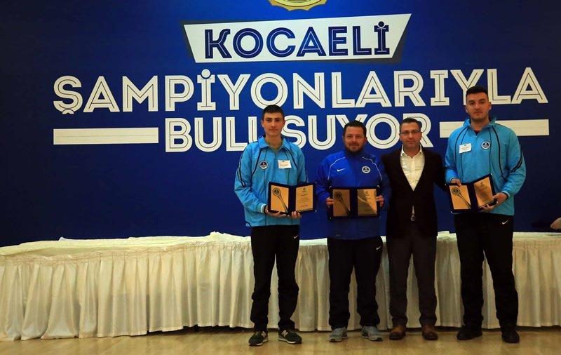 Kağıtsporlu sporcular başarılarından dolayı plaketle onurlandırıldı 2