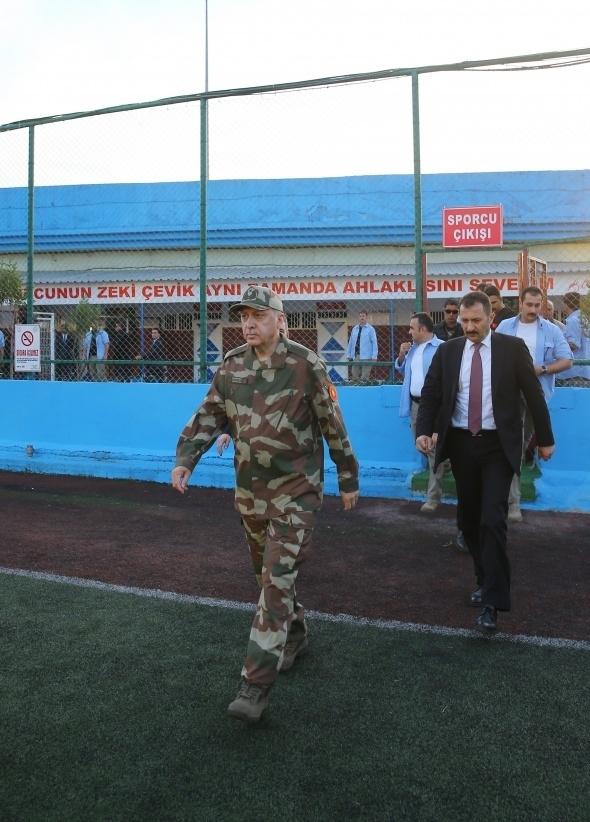 Cumhurbaşkanı Erdoğan askeri kamuflajı giydi ! 1