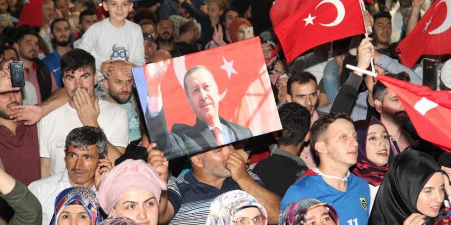 Gebze'de Ak Partililer Zaferi Coşkuyla Kutladılar