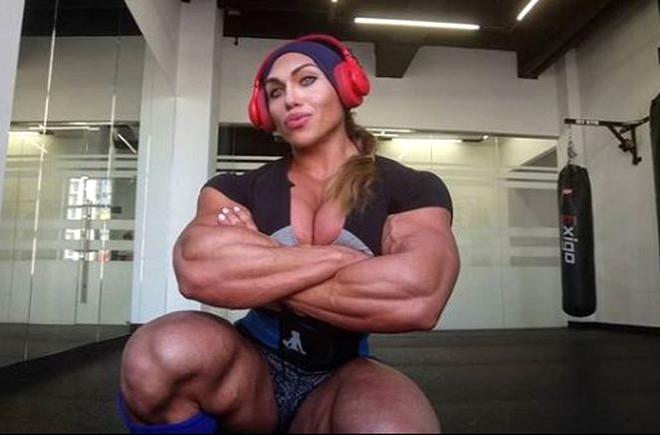 Kaslı vücuduyla erkeklere taş çıkartıyor 1