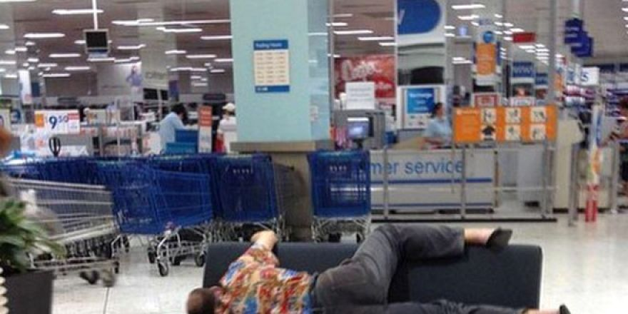 Alışveriş Yapan Kadınları Beklerken, Perişan Olan Erkekler