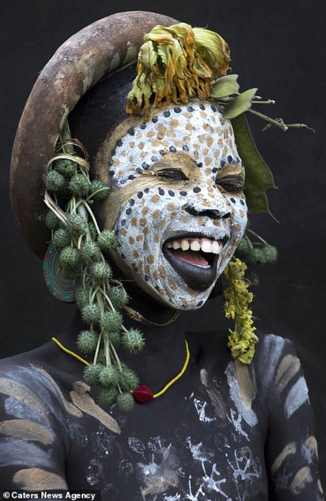 Etiyopya'nın güzellik sembolü: Dudakları kesip, disk yerleştirme 1