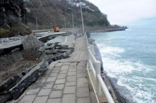 Karadeniz Sahil Yolu çöktü 3