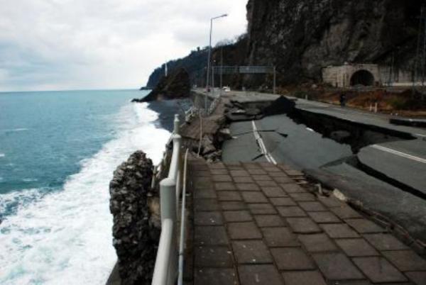 Karadeniz Sahil Yolu çöktü 8