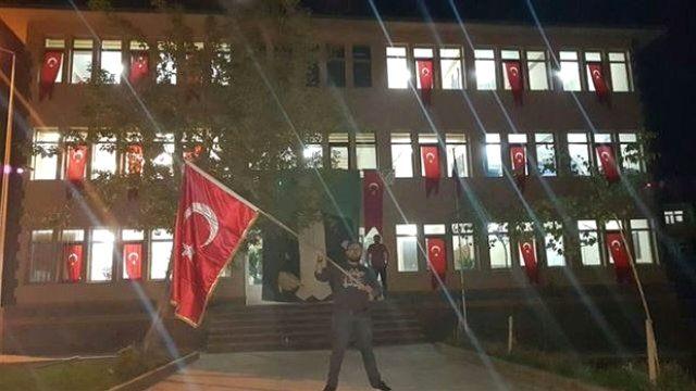 Kayyum Türk Bayraklarıyla Donattığı Belediyeyi Sosyal Medyada Paylaştı
