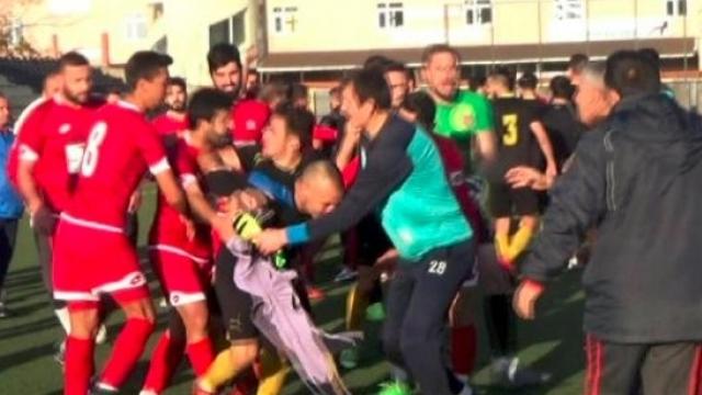 Amatörde  iki takım futbolcuları tekme tokat birbirine girdi