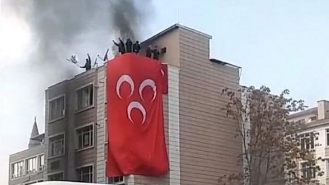 Kayseri'de HDP binasına saldırı! Ateşe verip MHP bayrağı astılar