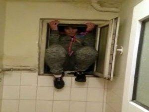 Fuhuş baskını! Hiç olmayacak yere saklandı, polisten kaçmadı