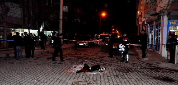 Eşini sokak ortasında öldürdü!