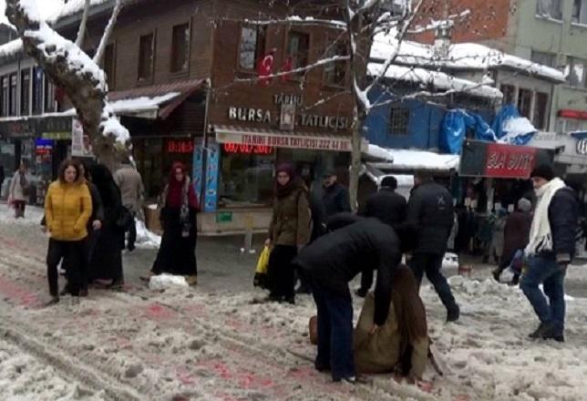 Buz pistine dönen yollarda vatandaşlar zor anlar yaşadı