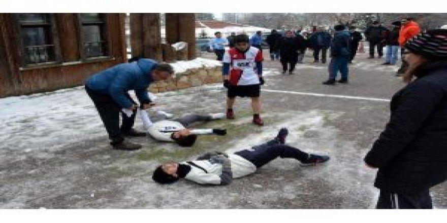 Soğuğa dayanamayan öğrenciler kendilerini yerlere attı