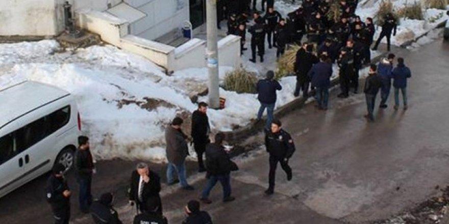 Üniversitede başkanlık kavgası: 37 öğrenci gözaltında