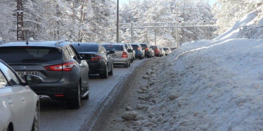 Vatandaşlar akın etti! Abant'ta 5 kilometreye varan araç kuyruğu