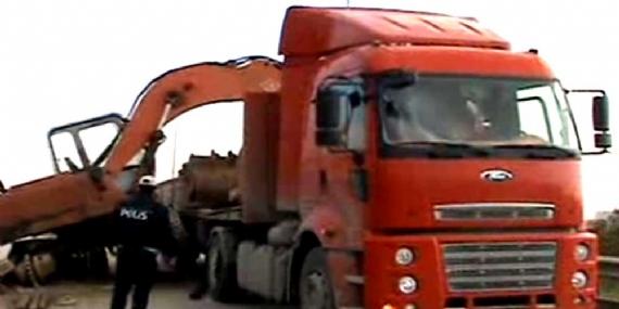 6 tonluk iş makinesi TIR'dan düştü