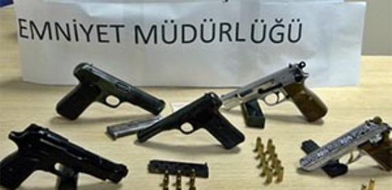 Silah kaçakçıları polisten kaçamadı