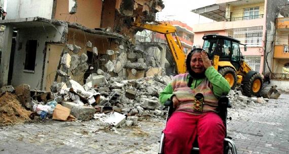 Felçli kadının  evi yıkılınca sokakta kaldı