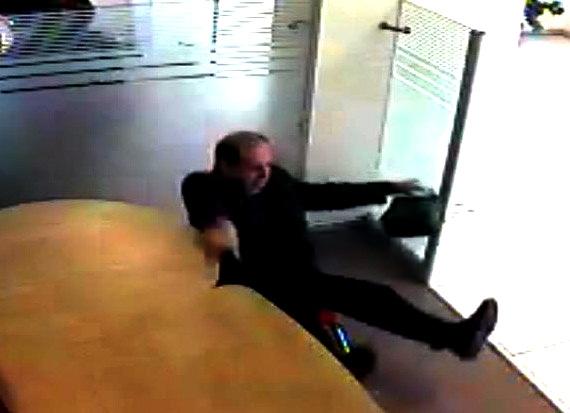 Bankada oturduğu sandalye felç bıraktı