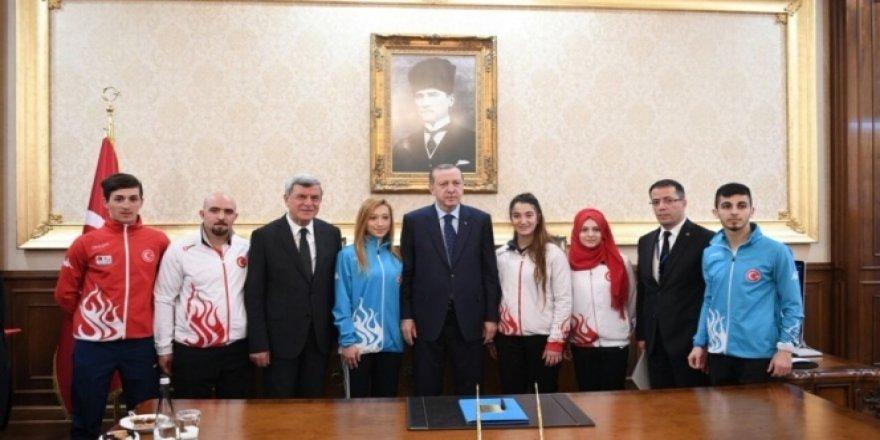 Cumhurbaşkanı Erdoğan şampiyon sporcuları ödüllendirdi
