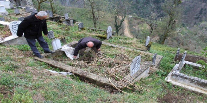 Mezardan çıkarılan cenazeyi görünce kapanla nöbete başladılar!