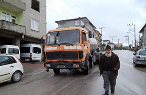 Yollar belediye tarafından sürekli yıkanıyor