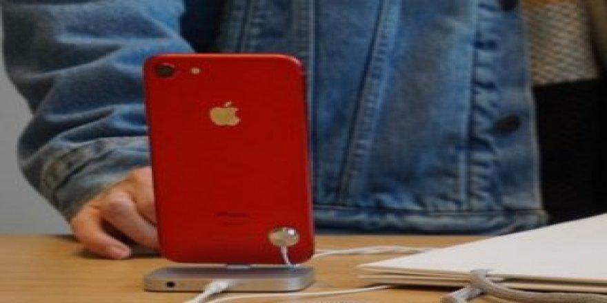 Kırmızı iPhone 7 plus ile iPhone 7 karşılaştırıldı