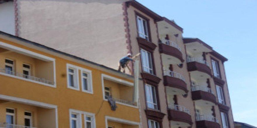 Çatı ustasının ölümle dansı kamerada