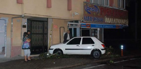 Otomobil apartmana girdi: 1 yaralı