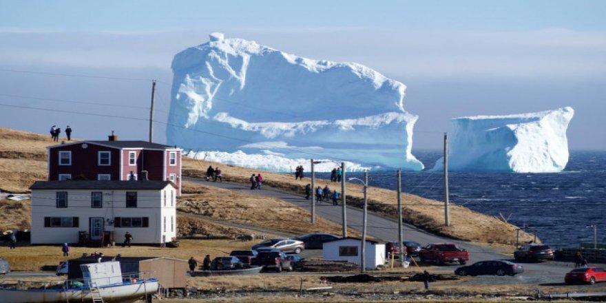 Dev buz dağı, kasabaya doğru yaklaşıyor
