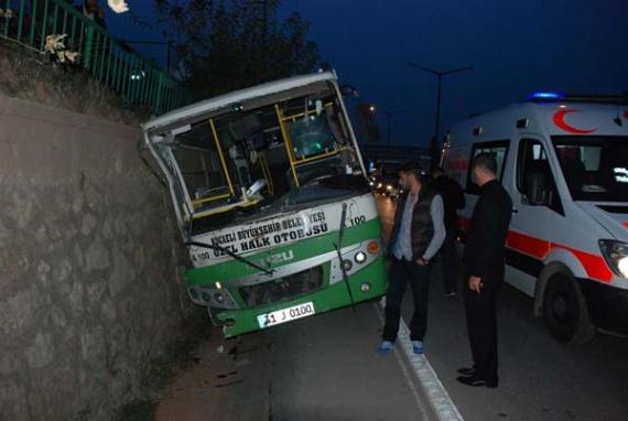 Halk otobüsü duvara çarptı!