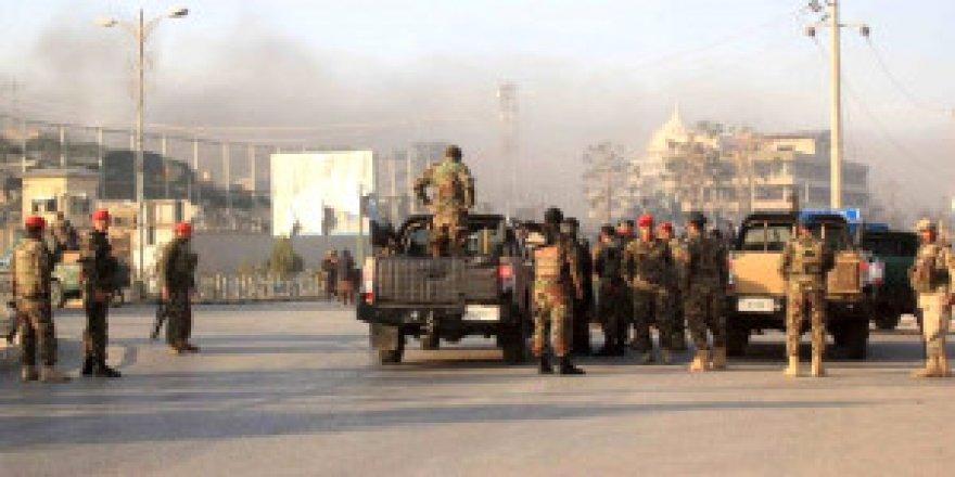 Ülke şokta! 6 militan, askeri üssü bastı: 140 asker öldü