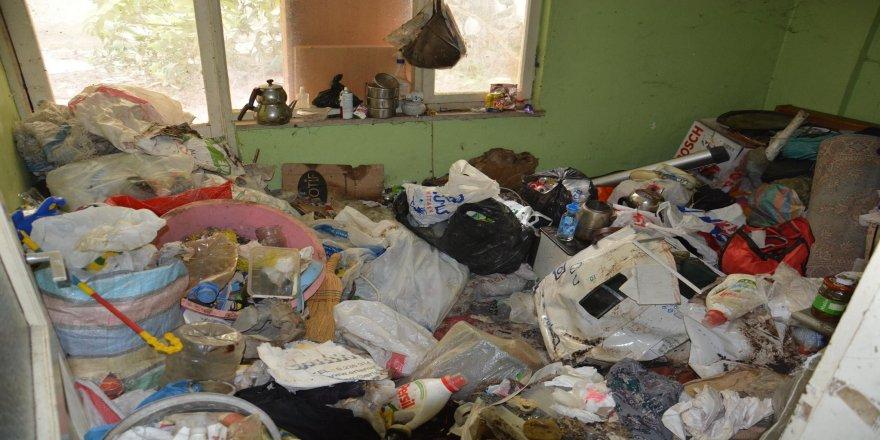 Koku yayan evden 20 traktör çöp çıkarıldı