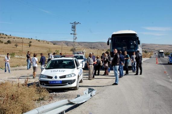 Polisi görünce yolcuları bırakıp kaçtı!
