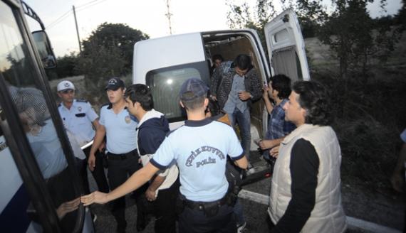 Kaçak göçmenler polisten kaçarken kaza yaptılar!